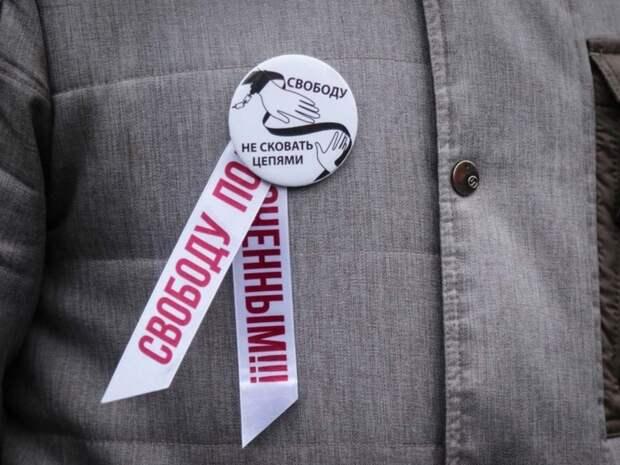 Петербургская полиция пришла на выставку в пользу политзаключенных— силовики выламывали двери к активистам