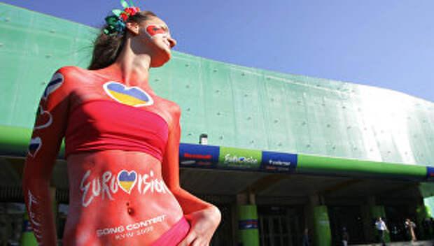 Модель у Дворца спорта в Киеве перед финалом 50 конкурса Евровидение. Архивное фото