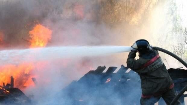 Огонь охватил мусорную свалку на машиностроительном заводе в Подольске
