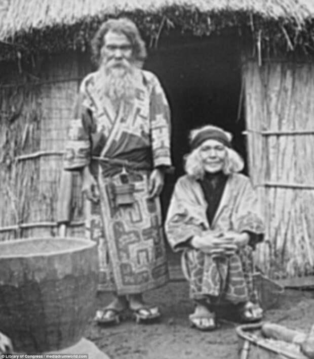 Пожилая семейная пара у хижины айны, история, народ, фотография