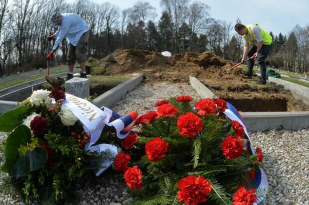 К братским могилам возложили цветы.