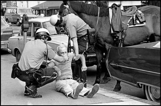 Полицейские спасают мужчину упавшего на улице.