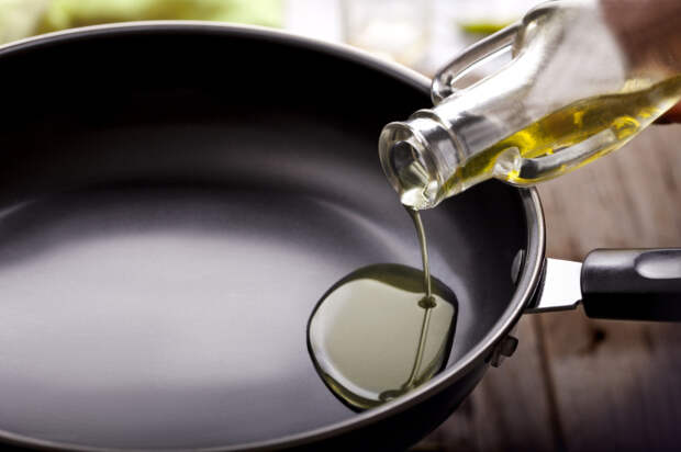 Масло нужно равномерно распределить по сковороде. /Фото: health.clevelandclinic.org