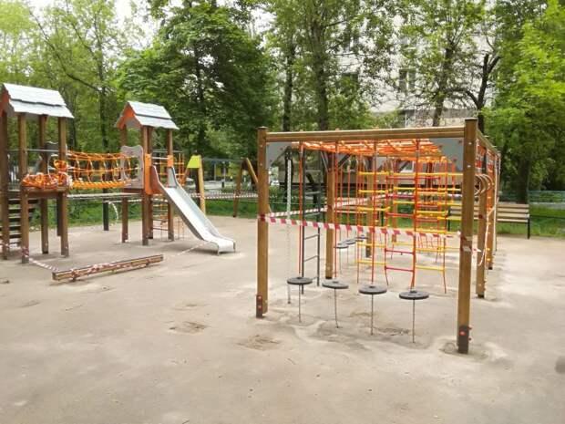 Возле дома №8 на Снежной  построили новую детскую площадку