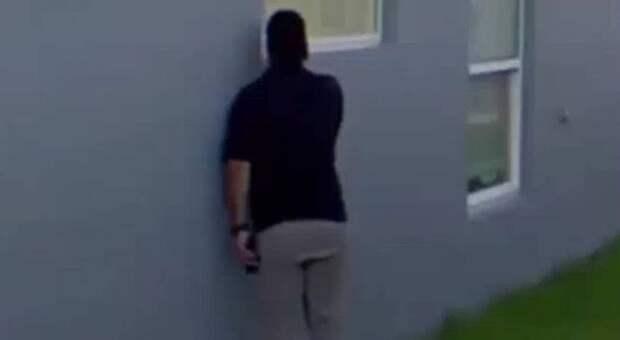 Камеры наблюдения засняли осужденного преступника, заглядывающего в спальню девочки-подростка