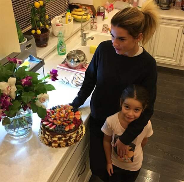 Ксения и старшая дочь Маруся. Именно из-за этой фотографии поднялась шумиха, что телеведущая беременна