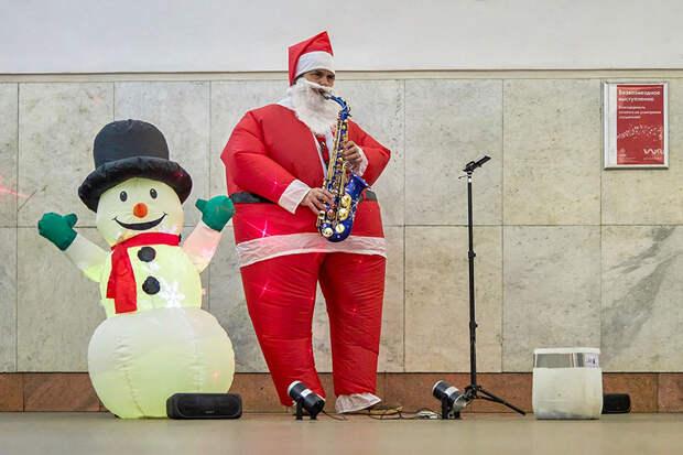 Более 250 Дедов Морозов насчитали в метро Москвы в новогоднюю ночь