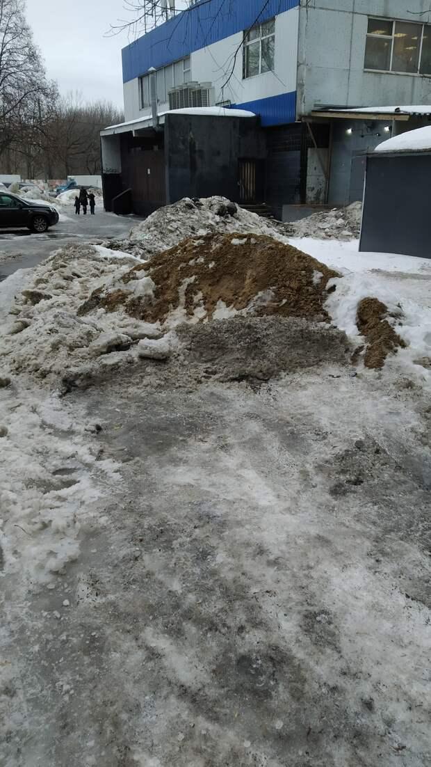 После ремонта с парковки в Отрадном не убрали горы песка
