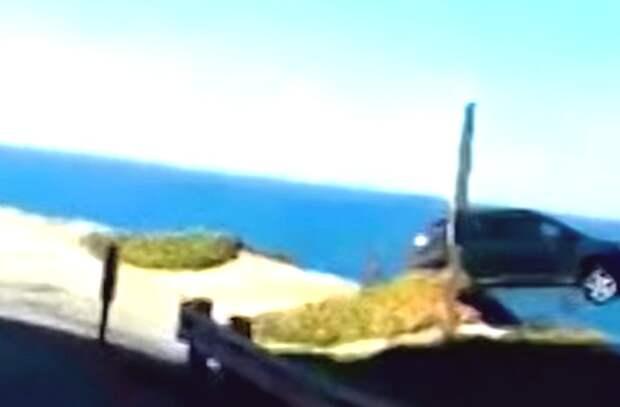 Кроссовер вылетел с дороги и исчез прямо на глазах (видеозапись происшествия)