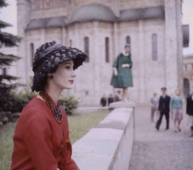 В 1959 году произошло знаковое событие в истории моды СССР — прошел первый показ иностранного дизайнера Кристиана Диора, который позволил впервые полноценно окунуться в европейскую моду. манекеншицы, модели, советский союз