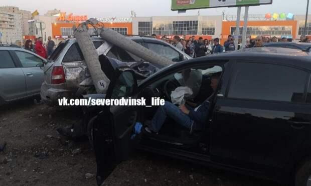 ВСеверодвинске водитель иномарки наскорости протаранил столб иснёс два автомобиля
