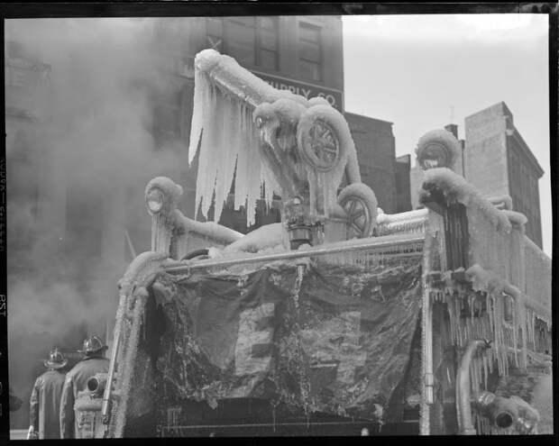 Ледяные фигуры после тушения пожара пожарные, ретро фото