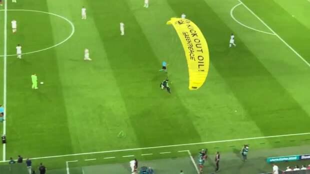 Перед матчем Евро-2020 Франция - Германия на поле приземлился парашютист
