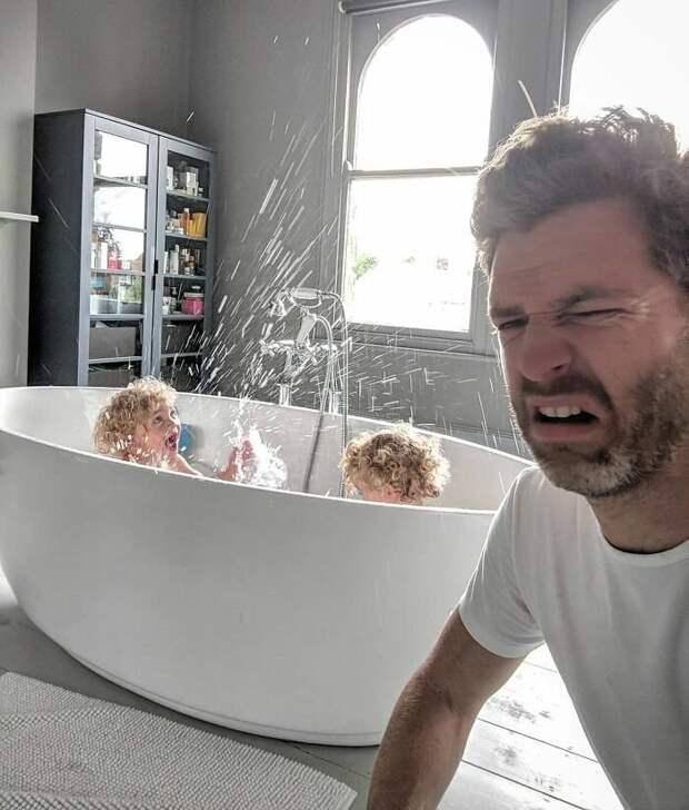 5. Когда просишь детей не буянить и не плескаться в ванной, всё происходит с точностью до наоборот Отец года, дочери, инстаграм-аккаунт, отец герой, отец и дети, отцовство, родительство, семья