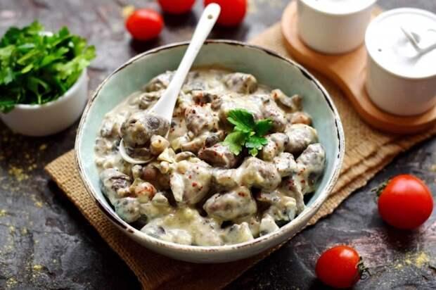 Куриные сердечки с грибами в сметане. \ Фото: receptisalatov.com.