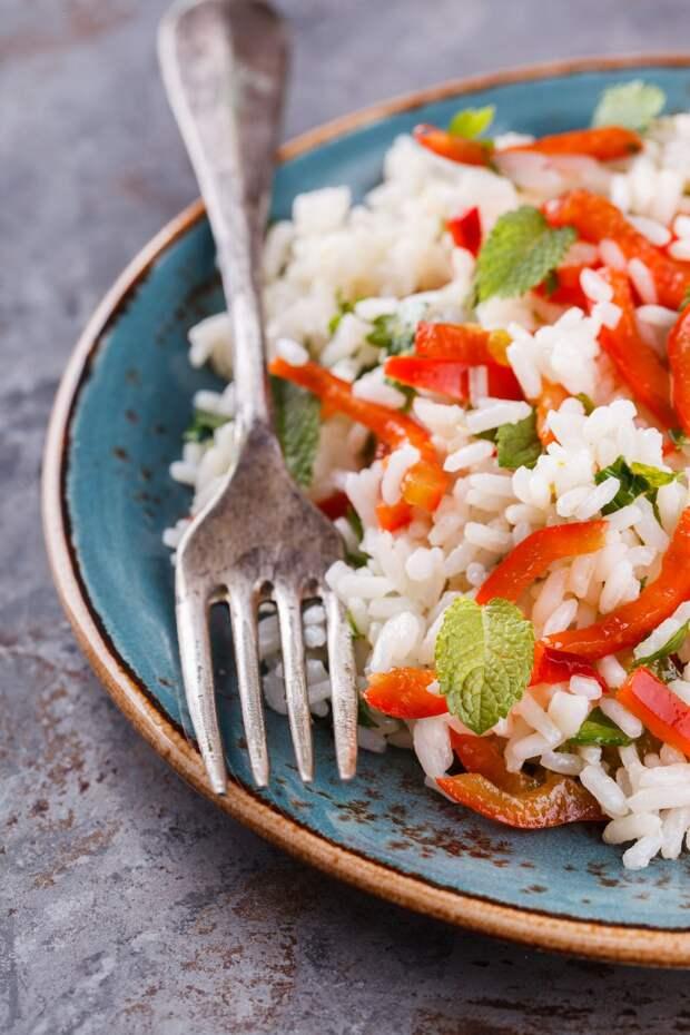 Диетический салат с рисом, сладким перцем, чили и мятой
