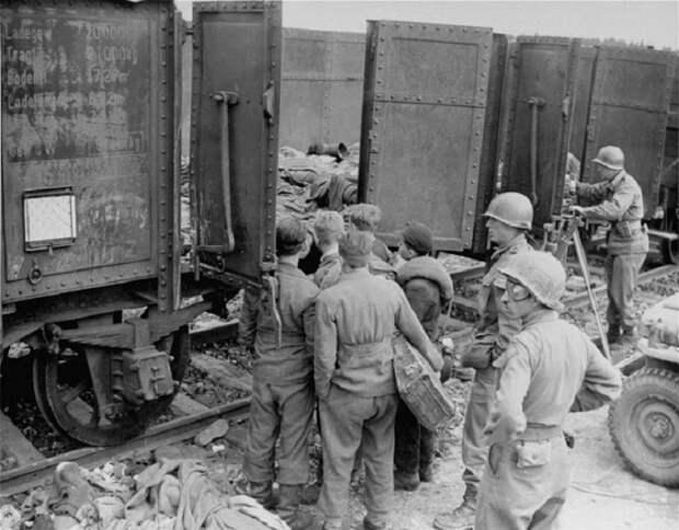Американские солдаты возе поезда смерти.