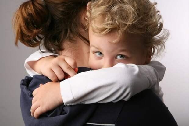 Чрезмерная привязанность ребенка к матери – в чем опасности