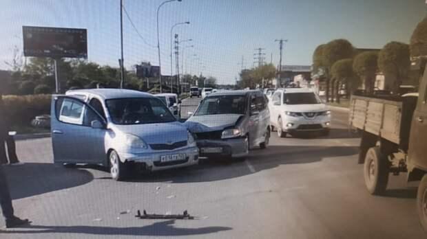 Поворачивал не по правилам: из-за нарушителя ПДД на оживленной дороге произошла авария