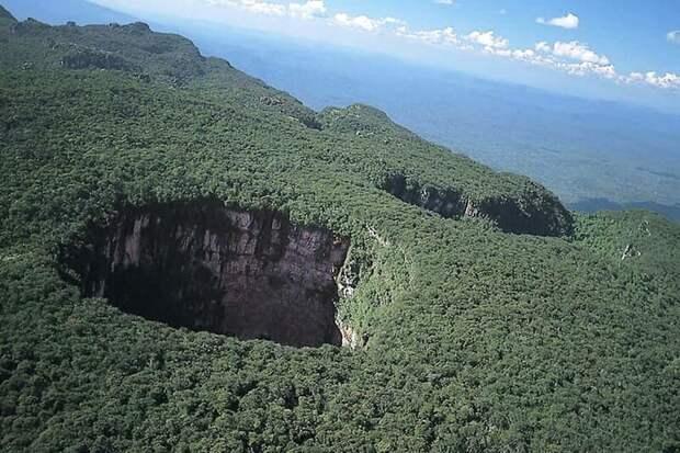 Объем воронки Сима Гумбольдт составляет 18 миллионов куб. м., максимальная ширина наружного края 352 м