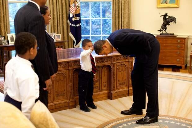 Обама наклонился, чтобы сын одного из сотрудников Белого дома смог потрогать его голову. Мальчик хотел сравнить свою стрижку с президентской.