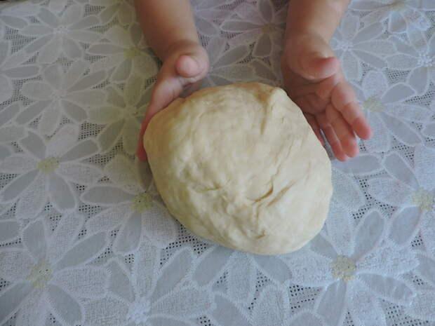 Моя помощница помогает месить тесто еда, пицца домашняя, своими руками, сделай сам