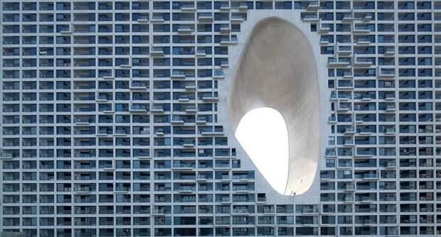 Бетонные ниши на фасаде здания оборудуют скалолазания.