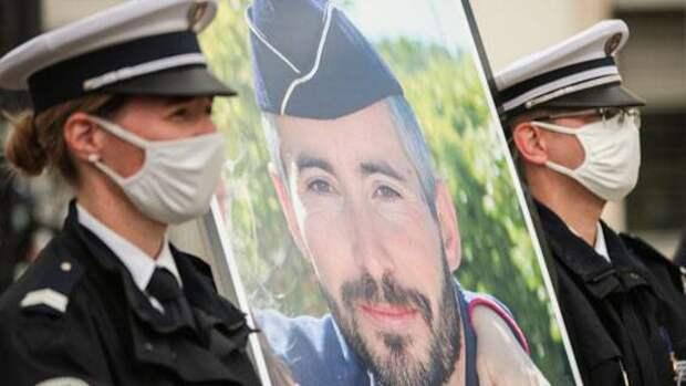 Во Франции почтили память погибшего в Авиньоне полицейского