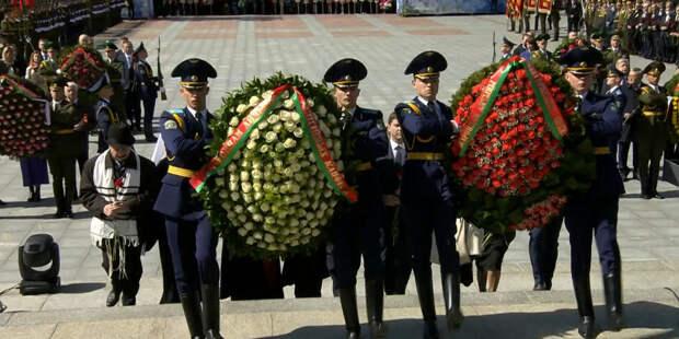 Александр Лукашенко возложил цветы к Монументу Победы в Минске