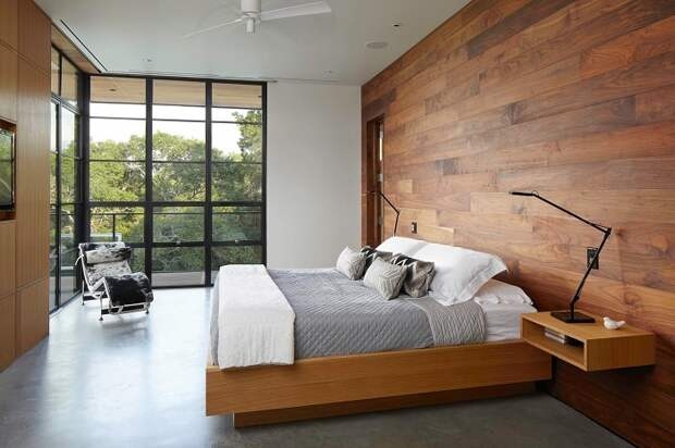 Крутой пример оформления интерьера спальной с помощью такой оригинальной кровати.