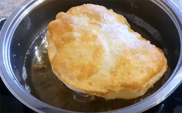 Окунаем тесто в яйцо и жарим за 2 минуты: мука и вода становятся сочным завтраком