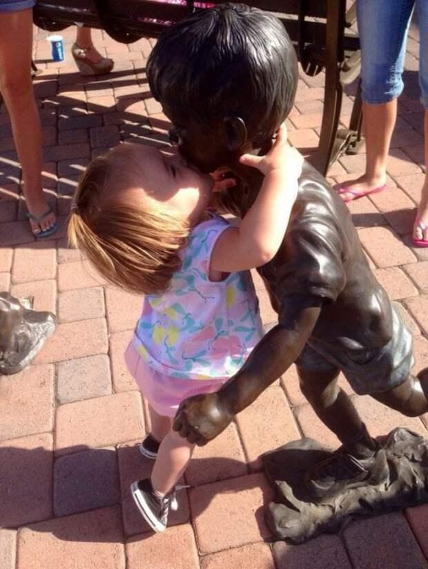 На фото с памятниками дети получаются лучше, чем взрослые