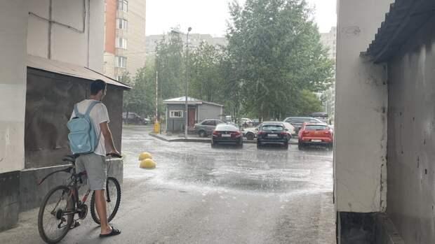 Петербуржцы показали кадры последствий сильного ливня
