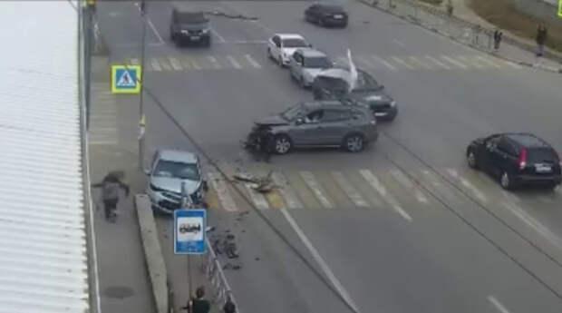 Автомобиль вылетел на пешеходный тротуар в Севастополе