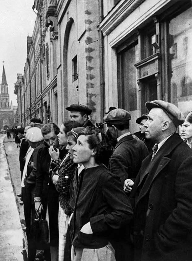 Жители столицы 22 июня 1941 года во время объявления по радио правительственного сообщения о вероломном нападении фашистской Германии