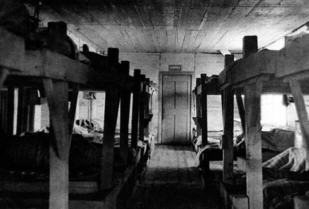 Внутренний вид жилого барака исправительно-трудового лагеря