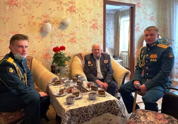 Военнослужащие армейского корпуса ВВО на Сахалине поздравили ветерана ВОВ с наступающим Днём Победы
