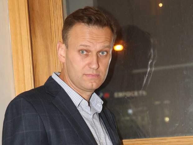 Алексей Навальный начал вставать с кровати