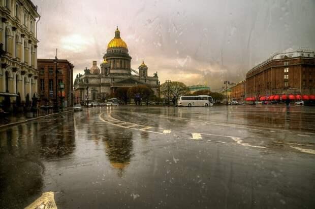 На посетителей ресторана в Санкт-Петербурге упала часть кровли