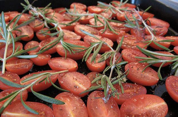 Ставим 500 граммов помидоров в духовку на час: вяленая закуска заменила салат