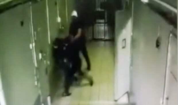 Избиение троих полицейских задержанным в Ростовской области попало на видео