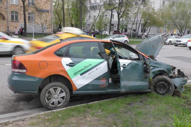 Блогер Литвин устроил ДТП с каршерингом в центре Москвы
