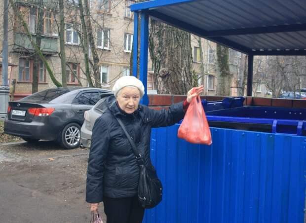 Валентина Островнова с Нижней Первомайской улицы уже освоила раздельный сбор мусора/Роман Некрасов, «Восточный округ»