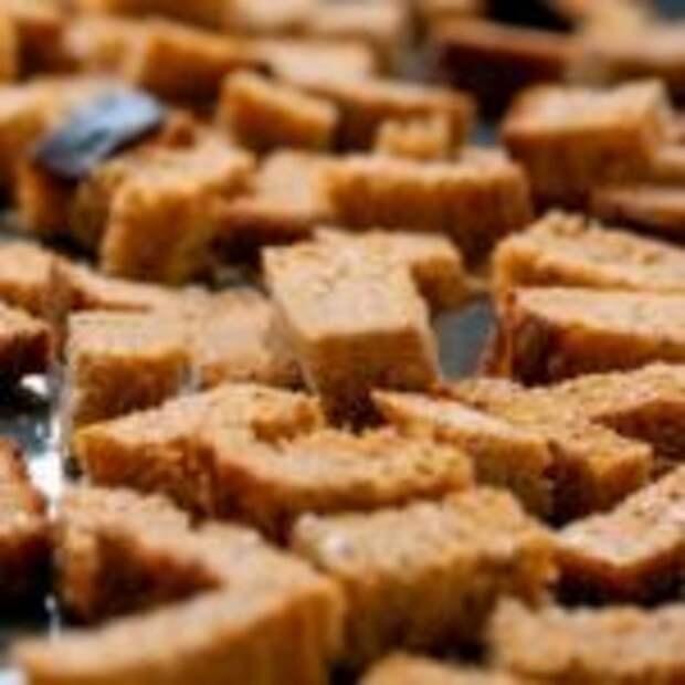 Есть дома вчерашний хлеб? Приготовьте суперские гренки с чесноком в духовке