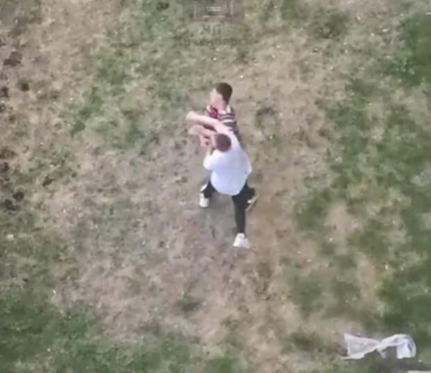 Красноярские школьники устроили драку во дворе дома