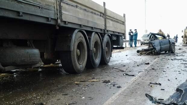 Водитель Renault погиб при столкновении с КамАЗом на краснодарской трассе