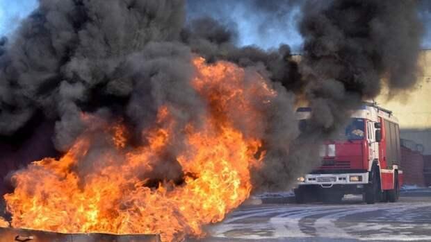 Автосервис загорелся в Красногвардейском районе Петербурга