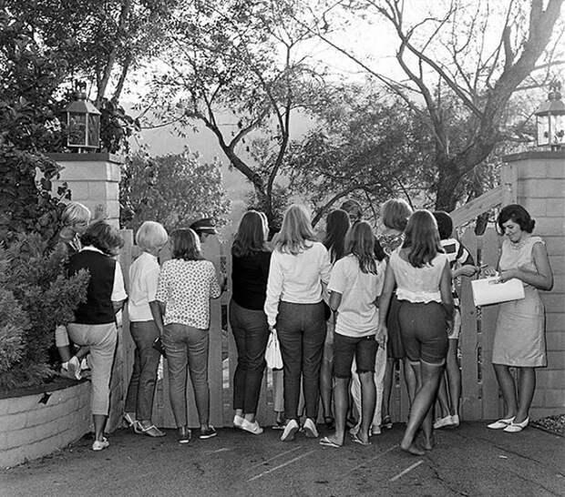 Девушки наблюдают за музыкантами. 23 августа 1965г.