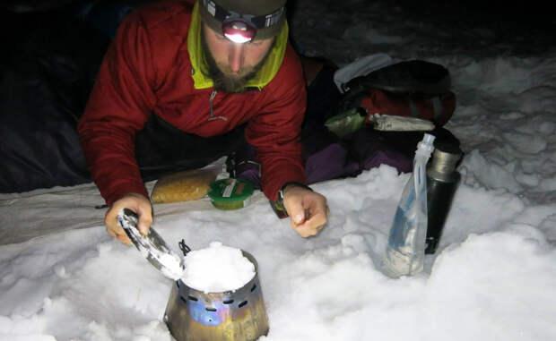 Снег Можно испытывать жажду и в сильнейший снегопад. Не нужно есть снег до того момента, как вы будете просто вынуждены это сделать. Дело в том, что наше тело тратит слишком много метаболической энергии на перевод вещества из твердого состояние в жидкое.