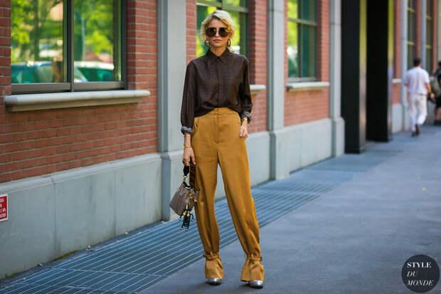 С чем носить и как стильно сочетать горчичные брюки?